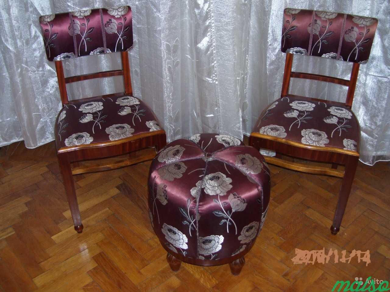 Два стула и пуф, натур.дерево, атлас в Москве. Фото 1