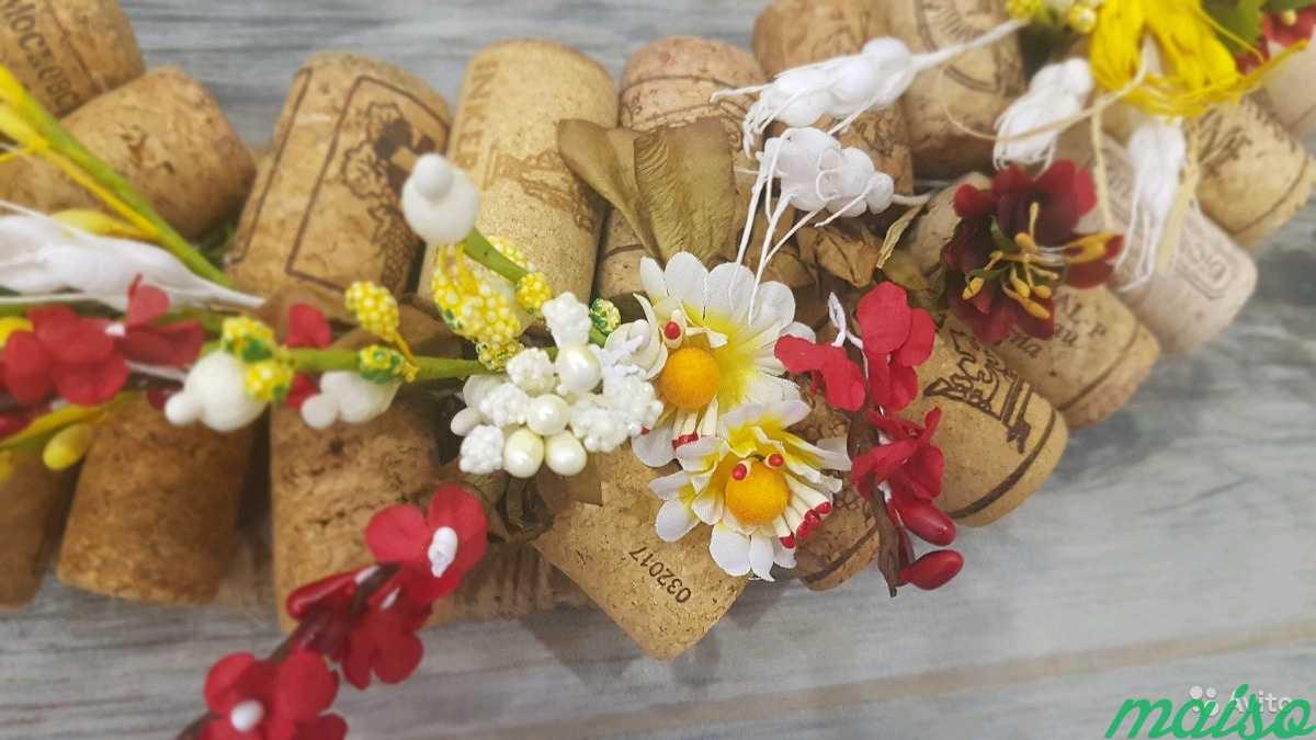 Венок из винных пробок и цветов в Москве. Фото 2