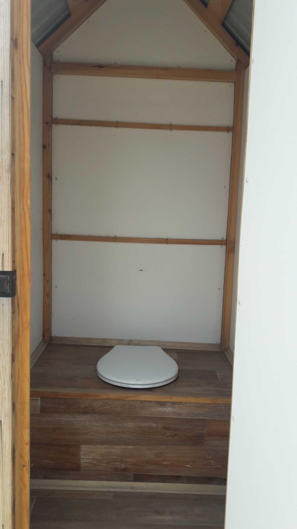 Туалетные деревянные кабины в Тюмени. Фото 2